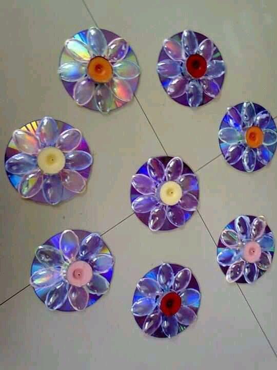 flores con cds y cucharas de plàstico