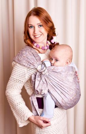 """Мамарада Слинг с кольцами Северная Венеция размер М  — 2447р. -- Слинг с кольцами позволяет носить ребенка как горизонтально в положении """"Колыбелька"""" так и в вертикальном положении. В слинге в положении """"Колыбелька"""" малыш распологается точно так же, как у мамы на руках, что особенно актуально для новорожденного. Ткань слинга равномерно поддерживает спинку малыша по всей длине. Малышу комфортно и спокойно рядом с мамой. Мама в это время может заняться полезными делами или прогуляться. В…"""