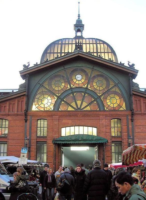 Fischmarkttreiben am Sonntag Morgen vor dem Eingang der Fischauktionshalle in Hamburg