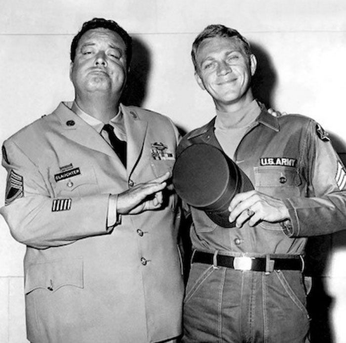 """Jackie Gleason y Steve McQueen en""""Compañeros de Armas y Puñetazos"""" (Soldier in the Rain), 1963"""