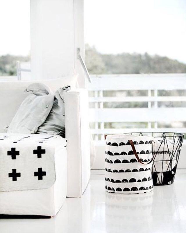 Wij zijn fan van dit frisse Noorse witte huis met zwart-witte accenten. Vinden jullie de Ferm Living Wire Basket en Half Moon Basket ook zo leuk staan in het huis van Forever Love Blog?