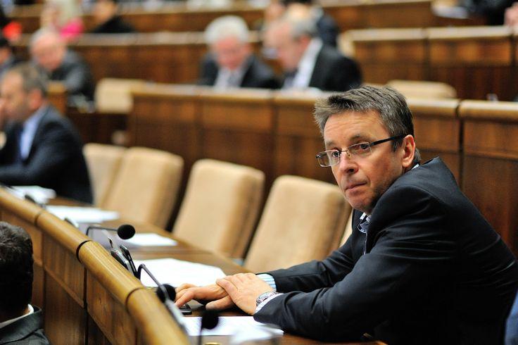 Po bývalom premiérovi Mikulášovi Dzurindovi nevylúčil návrat do politiky ani exminister financií Ivan Mikloš. Na Slovensku sa v súčasnosti aktivizuje v MESA 10, organizácia chce pripraviť komplexnú reformu školstva.