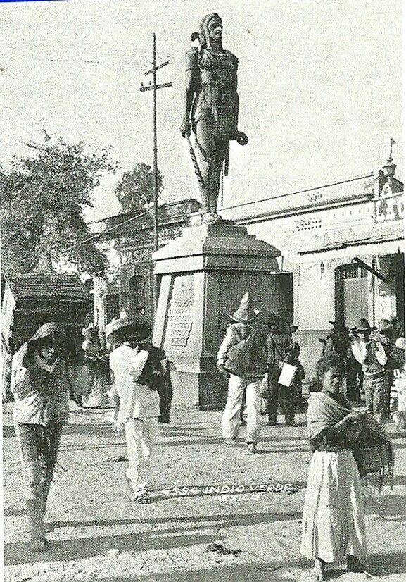 """Los Indios Verdes, son esculturas de bronce que habrían adquirido un color verde por la capa de óxido, pátina, por el paso del tiempo. Itzcóatl a la derecha es un hombre joven y porta una espada de madera con cuchillos de obsidiana, un macuahuitl. Itzcóatl Cuyo nombre en náhuatl significa """"La serpiente de obsidiana'', fue el cuarto tlatoani de los mexicas, sacerdote y reformador religioso. Era hijo de Acamapichtli, primer tlatoani y de una hija de Tezozómoc, señor de Azcapotzalco. Durante…"""