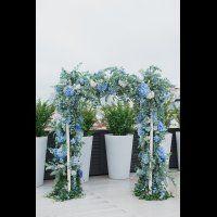 Свадьба в пыльно-голубом цвете. Цветочная арка для церемонии