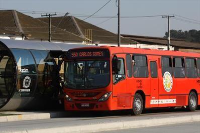 A partir de 3 de agosto, passageiros da Linha Verde poderão trocar de ônibus e de rota na Estação São Pedro sem pagar nova tarifa. Na imagem, o ônibus biocombustível na Linha Verde. Curitiba, 28/08/2009(arquivo) Foto: Maurilio Cheli/SMCS
