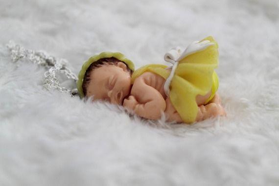 Collier sautoir bébé endormi petite robe jaune en pâte polymère fimo