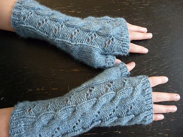 FREE pattern Ravelry: Hermione Hearts Ron fingerless gloves pattern by Valérie Corner