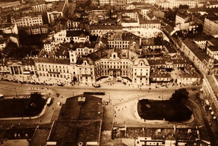 Widok z aeroplanu na pętlę autobusową i tramwajową przed Teatrem Wielkim. fot. 1938r., Stefan Rassalski, źr. omni-bus.eu, zdjęcie jest własnością Narodowego Archiwum Cyfrowego.