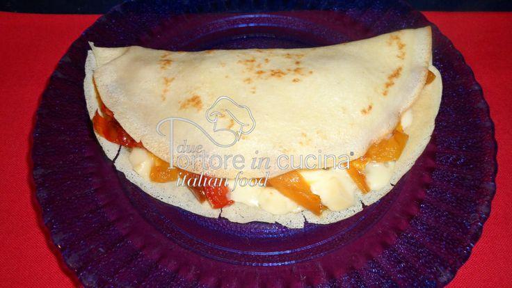 Crepes con formaggio e peperoni  La ricetta qui: http://www.duetortoreincucina.com/it/recipes/second-course-primi-piatti/italiano-crepes-con-peperoni-e-formaggio/