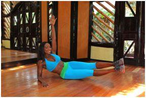 2. Mantenga los pies y las rodillas juntas y levante las dos piernas unos 10 cm del suelo. Debe inclinarse ligeramente hacia atrás de modo que equilibre su cuerpo en su nalga izquierda. Amplíe su mano izquierda en el aire