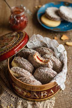 Galletas lamington (rellenas de mermelada de fresa)