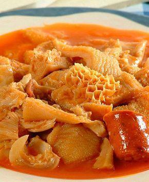 Receta de Callos a la madrileña. ¡Muy rico! La cocción dura mucho. Adicionar el chorizo y morcilla casi al final. Agregar garbanzos cocidos.