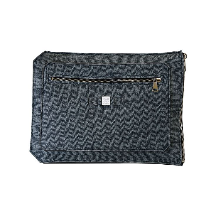 A super-light clutch ideal to shield and securely transport your 15 inch laptop, tablet or documents. Contrasting colours add a pop of flair to your work wardrobe.  Size  39 x 29.5cm  310g  Made in Italy  Vegan Friendly  Made from Poly-Lycra Fabric   Spigato