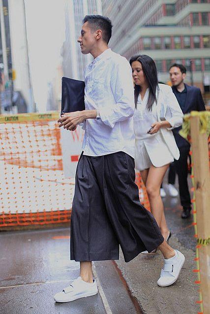 白バンドカラーシャツ×黒七分ワイドパンツ×白スニーカー | メンズファッションスナップ フリーク | 着こなしNo:122987