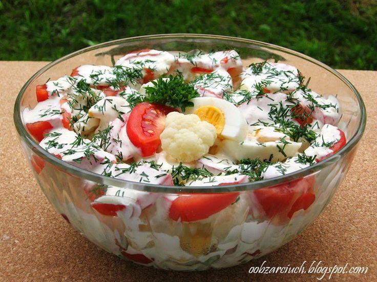 Typowa i pożywna sałatka z kalafiora, pomidorów i jajek na letnie upały