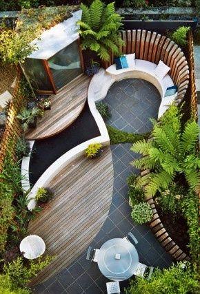 Door ronde vormen te gebruiken en steen te combineren met composiet, lijkt onze tuin natuurlijker. #Klaverdroomtuin