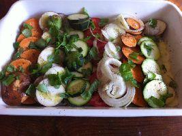 Een tian is een ovengerecht dat langzaam moet garen in een aardewerken schotel. Dit is een Tian met ui, aubergine, courgette, zoete aardappel en tomaat.
