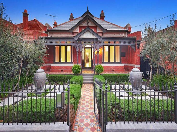 victorian villa, symmetry in the front garden