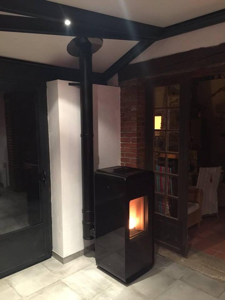 Le poêle à granulés NEA d'edilkamin installé par Tiplo tout en verre noir apporte autant de chaleur que de modernité dans cette extension conviviale