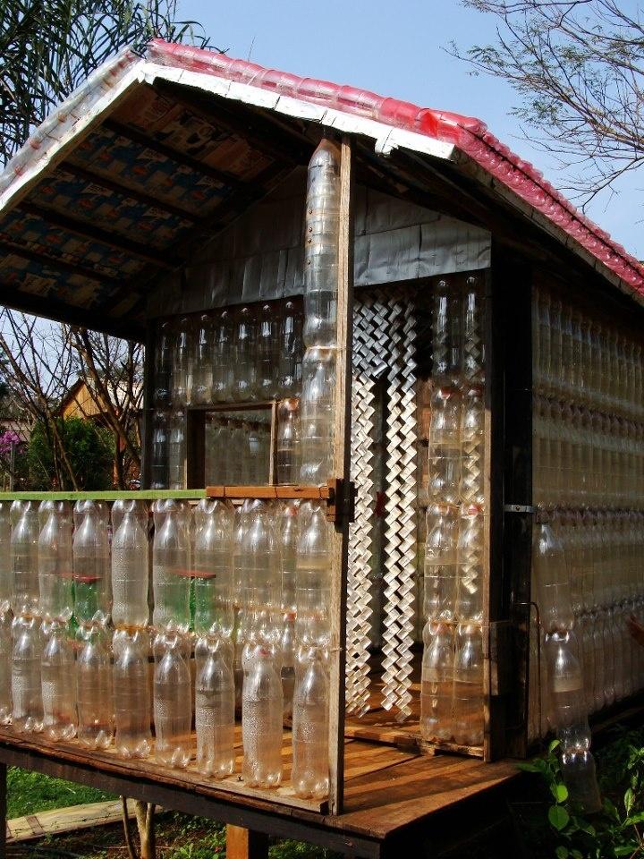 """""""Casa de las botellas"""", uma construção de Alfredo Alberto Santa Cruz, em Puerto Iguazu, na Argentina! Fantástico reaproveitamento das garrafas de plástico!"""