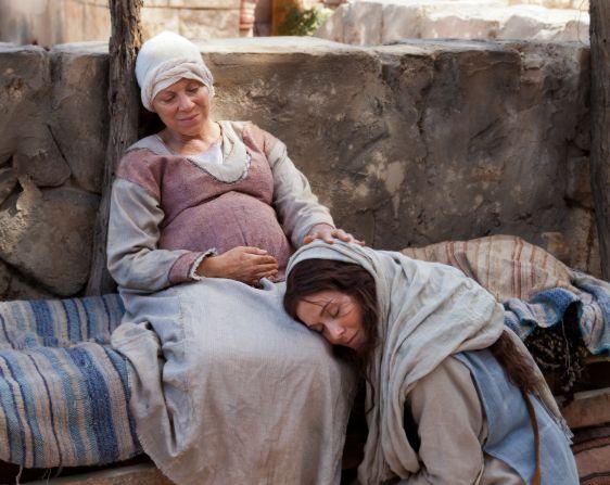María visita a su prima Elisabet, quien también espera un bebé.