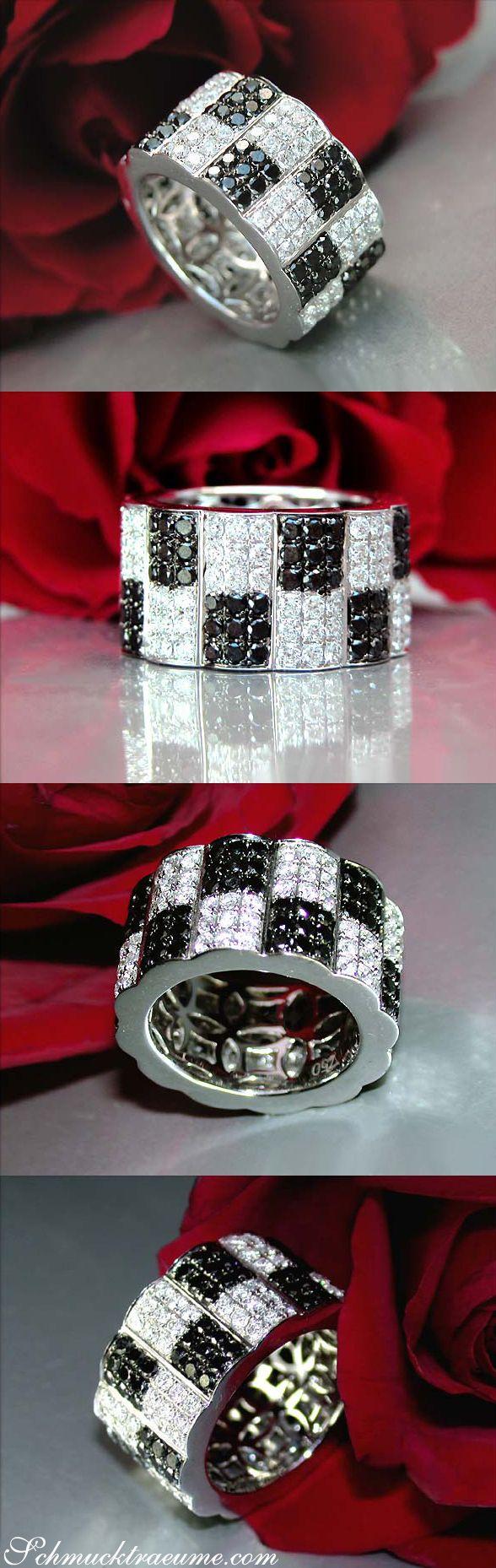 Puristischer Memoryring mit schwarzen Diamanten & Brillanten   Puristic Eternity Ring with Black and White Diamonds   Explore: Schmucktraeume.com   Like: https://www.facebook.com/pages/Noble-Juwelen/150871984924926