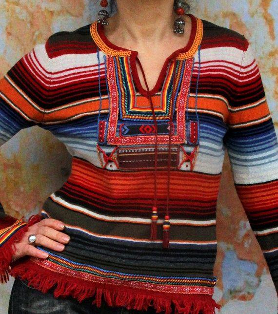 Chandail de recyclé tribal ethnique. Base de chandails recyclés et folkloriques bandes brodées. Refait, réutilisé et upcycled. Style folk boho hippie.