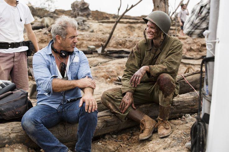 """Mel Gibson e Andrew Garfield durante as gravações de """"Até o Último Homem"""" (2016)"""