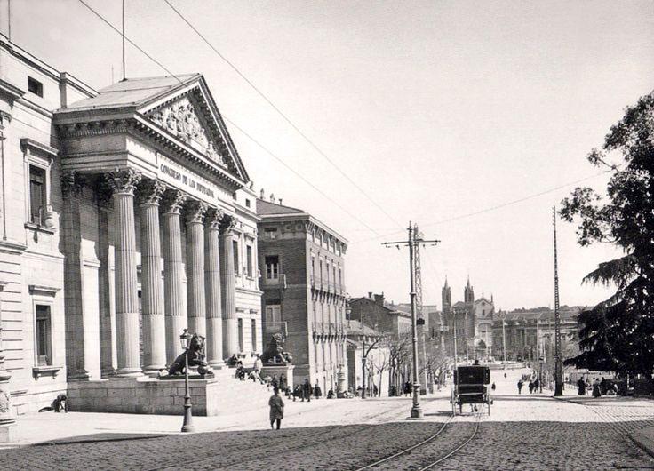 Congreso de los Diputados, 1905. Situado en la Carrera de San Jerónimo, próximo al Hotel Palace de Madrid (construido en 1912 por iniciativa del Rey Alfonso XIII) - Portal Fuenterrebollo