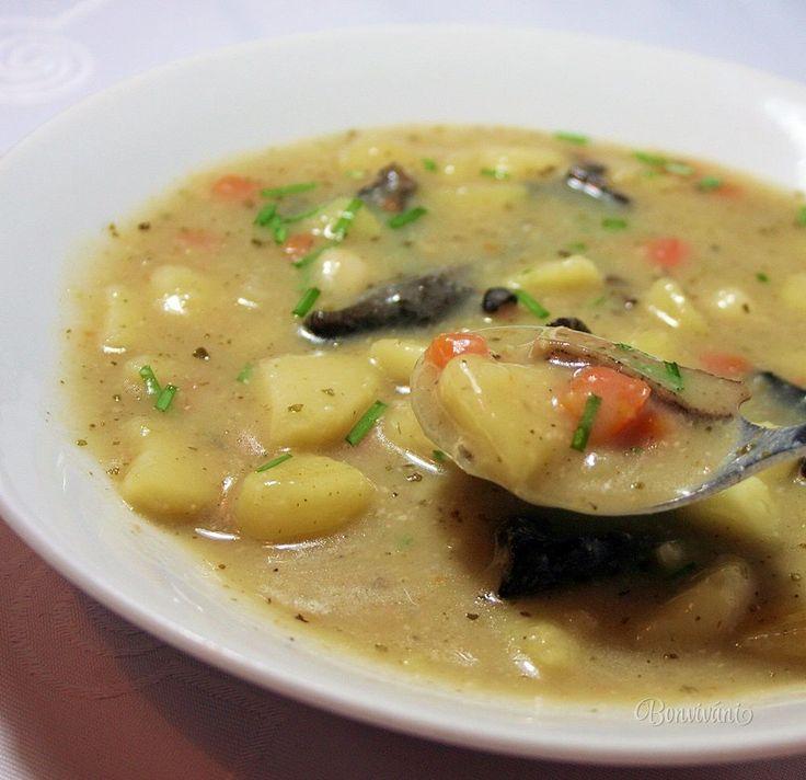 Skvelá zemiaková polievka s hubami, v Čechách veľmi obľúbená. Mala som česť ochutnať viaceré bramboračky, ale musím povedať, že moja kolegyňa Pavla ju varí najlepšie. Recept má od svojej babičky a právom sa touto polievkou pýši. Stará dobrá klasika a že polievka je grunt, o tom niet pochýb.