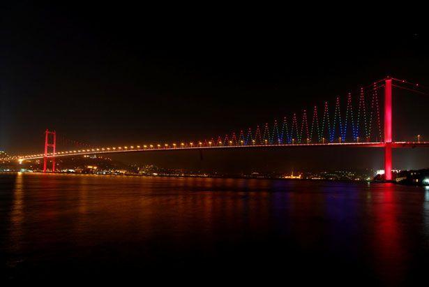 Jaw-dropping Bosphorus Bridge (Istanbul, Turkey)