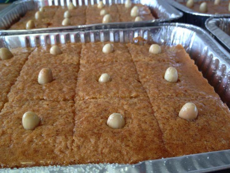 Chamia cake/besbousa bestelling klaar elhamdolah! Mix de eieren luchtig en voeg hierbij de suiker, vanille suiker en kaneel. Daarna voeg je