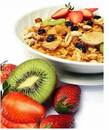 Il livello di colesterolo ematico e' determinato dalla produzione endogena (70% TOT, ad opera del fegato) e da quello ingerito con gli alimenti (30% TOT).  La dieta e l'attivita' fisica sono le due armi vincenti per abbassare il colesterolo alto; la combinazione di entrambe determina un miglioramento dello stile di vita che determina:  la riduzione della colesterolemia totale la riduzione del colesterolo cattivo (LDL). . .