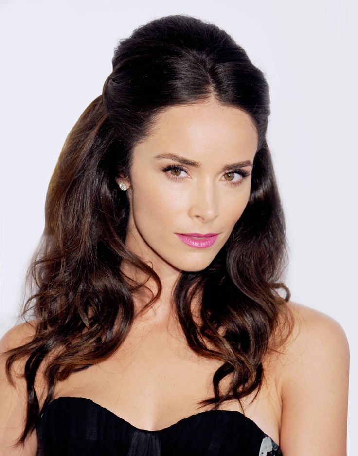 Get Abigail Spencer's party look with this how-to.