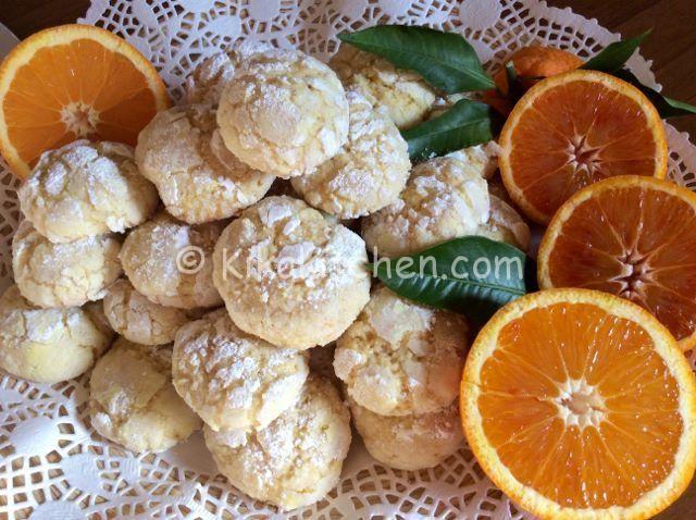 I biscotti morbidi all'arancia sono dei dolcetti di pasta frolla aromatizzati con succo e scorza d'arancia e guarniti con zucchero a velo.