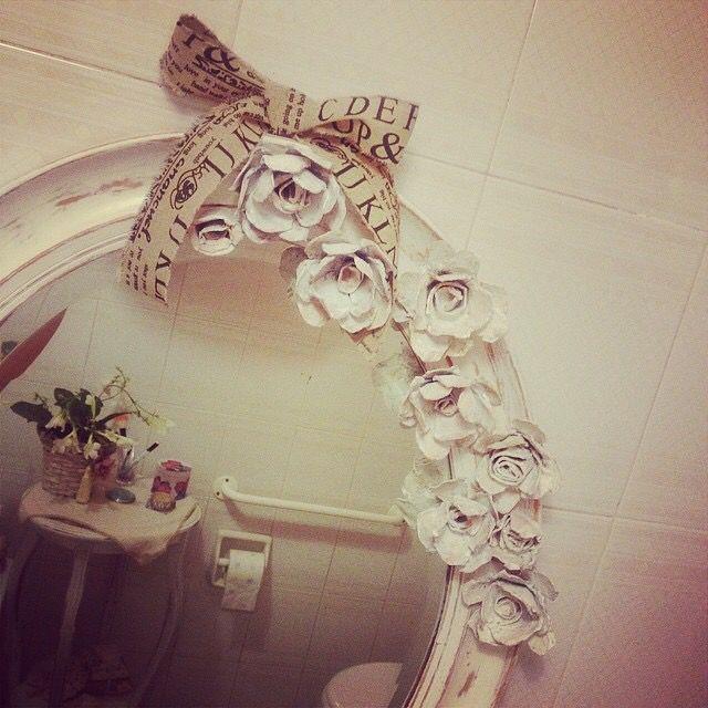 Specchio Shabby Chic, fiori realizzati con il cartone delle uova