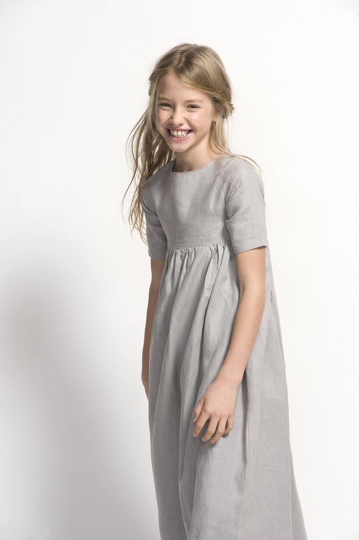 Original vestido de comunión gris para niña.