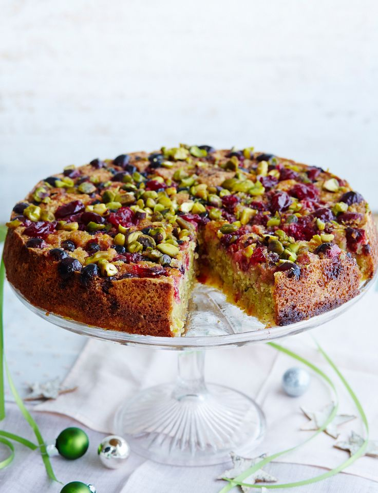 Pistachio and almond cake with cranberries