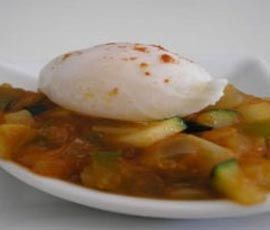 Receta elaborada (3 bloques) Huevos Gratinados sobre Pisto / Fruta INGREDIENTES Para los Huevos: 2 unidades de: Huevo (cocidos, picados) 30 g de: Mozzarella (baja en grasa) Para el Pisto: 1 taza de: Pimientos Verdes (troceados, crudo) 1 taza de: Pimientos Rojos (troceados, crudo) 1 taza de: Cebolla (troceada, cruda) 1 taza de: Salsa de Tomate Triturado 3 cucharaditas (15 mL) de: Aceite de Oliva Virgen Extra Otros: Sal, pimienta,laurel. Para el Postre: 1 pieza de: Fruta ELABORACIÓN Para el…