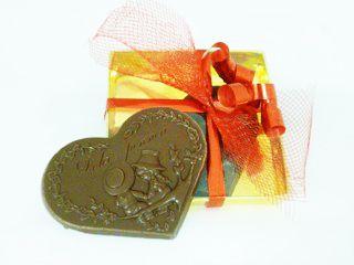O se preferite un tenero pensiero  http://www.cioccolateriaveneziana.it/negozio/cuore-di-cioccolato-al-latte-dolci-emozioni/