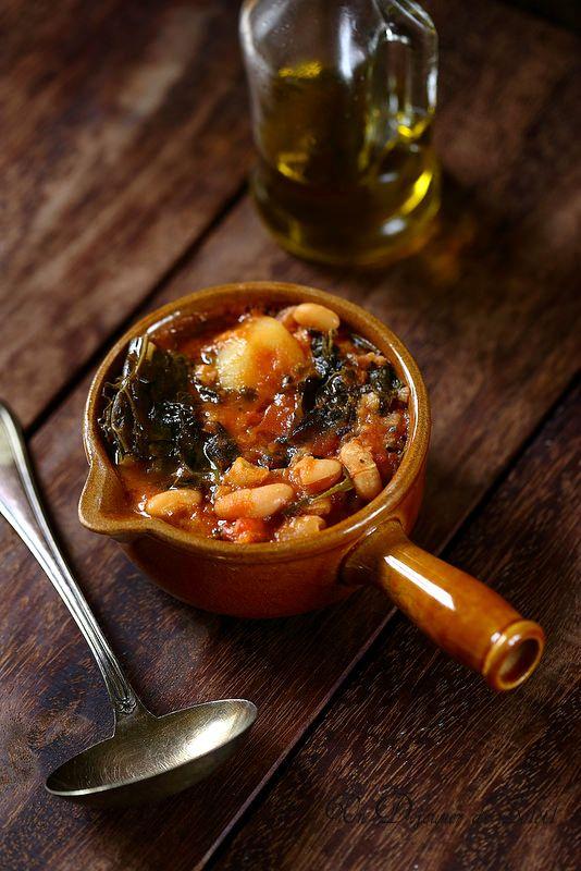 RIBOLLITA soupe toscane de haricots, chou et légumes (pour 8 P - 6 feuilles de chou cavolo nero (feuilles longues, très vertes, dans certains marchés ou magasins bio) , on peut remplacer par du kale ou bien du chou frisé, 500 g de haricots blancs secs, 4 belles tranches de pain de campagne, 3 branches de céleri, 2 oignons, 2 gousses d'ail, 2 pommes de terre, 2 carottes, 1 boîte de 400 g de tomates entières ou concassées, sel et poivre, 1 feuille de laurier ou 3 feuilles de sauge)