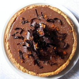 Crostata alle mandorle con fascia bicolore, scorza d' arancia e riccioli di cioccolato fondente - Al