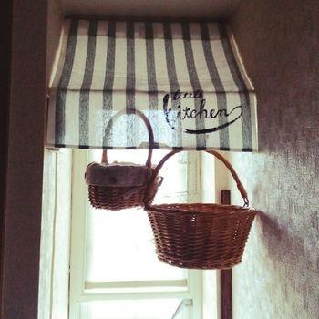 突っ張り棒で作ったカフェ風のカーテン。実は窓の上の火災報知器を隠しているのです。