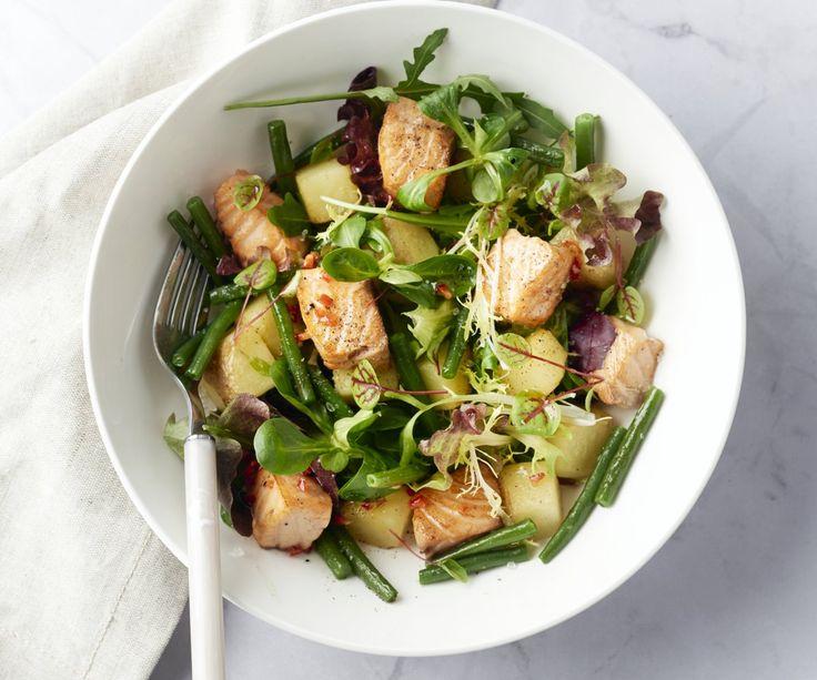 """""""Fusion"""" è la parola perfetta per descrivere questo piatto originale:  un'insalata che unisce tradizioni europee ed orientali. Una deliziosa  combinazione di croccanti fagiolini e patate saltate in padella con un  piccante condimento a base di peperoncino e lime per il salmone!  Sorprendentemente buono!"""
