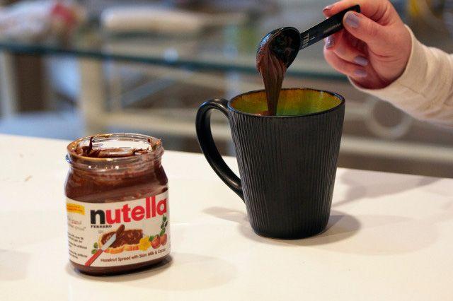 เติมนูเทลล่าลงไปในส่วนผสม Microwave nutella mug cake recipe