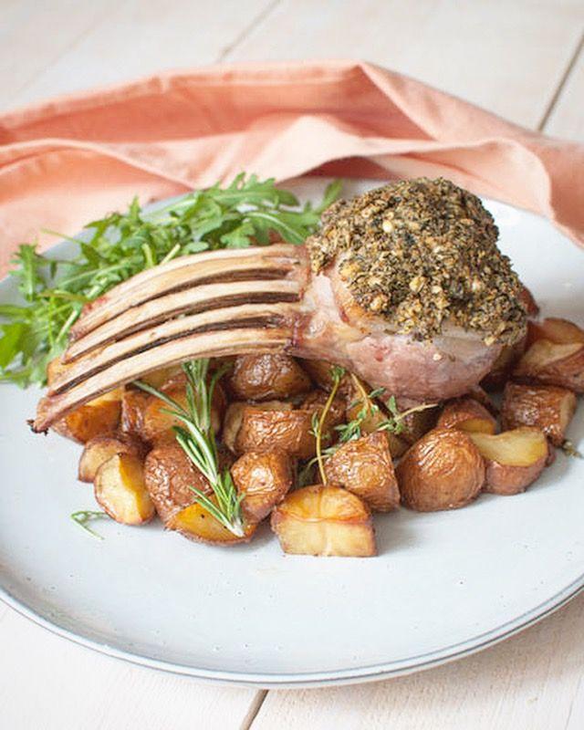 Deze lamsrack met kruidenkorst is een echt eyecatcher. Én lekker dat hij is.. Smaak extra goed in combinatie met gebakken aardappels en gegrilde groenten.