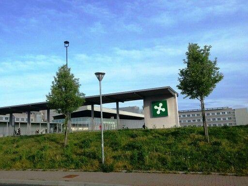 Nuovo ospedale  di Legnano.  Tecnologicamente avanzato, architettura futuristica, rappresenta il moderno ospedale  funzionale  dove  e' possibile anche incontrarsi per una mostra, tra una cura e l'altra.  Visitabile su www.mondoscatto.net sezione Italia - Lombardia.