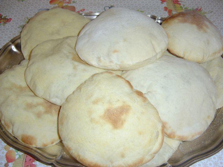 Pão achatado de origem árabe Rendimento: até 10 pães, dependendo do tamanho desejado