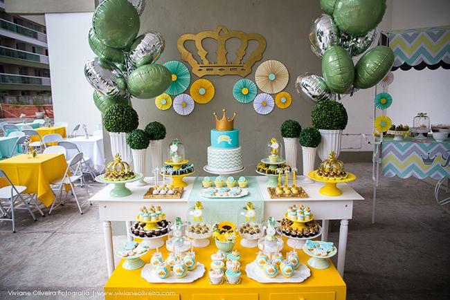 [Chá de bebê] Mesa de doces nas cores da festa e estação do buffet em chevron
