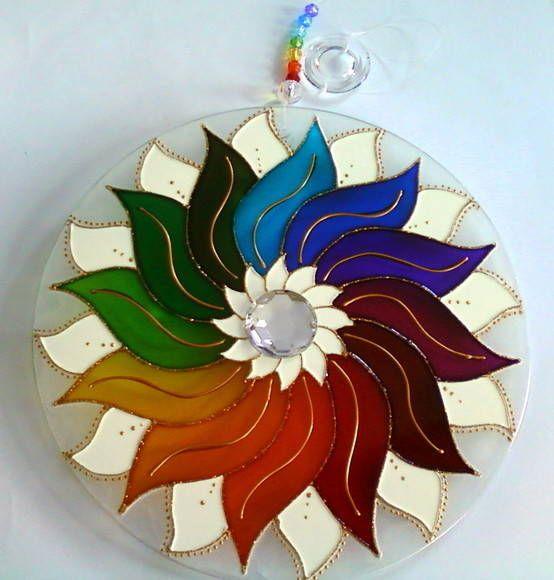 Mandala em vidro de 25cm de diâmetro, pintura em vitral, decorada com pedra acrílica branca em ambos os lados. R$ 69,00